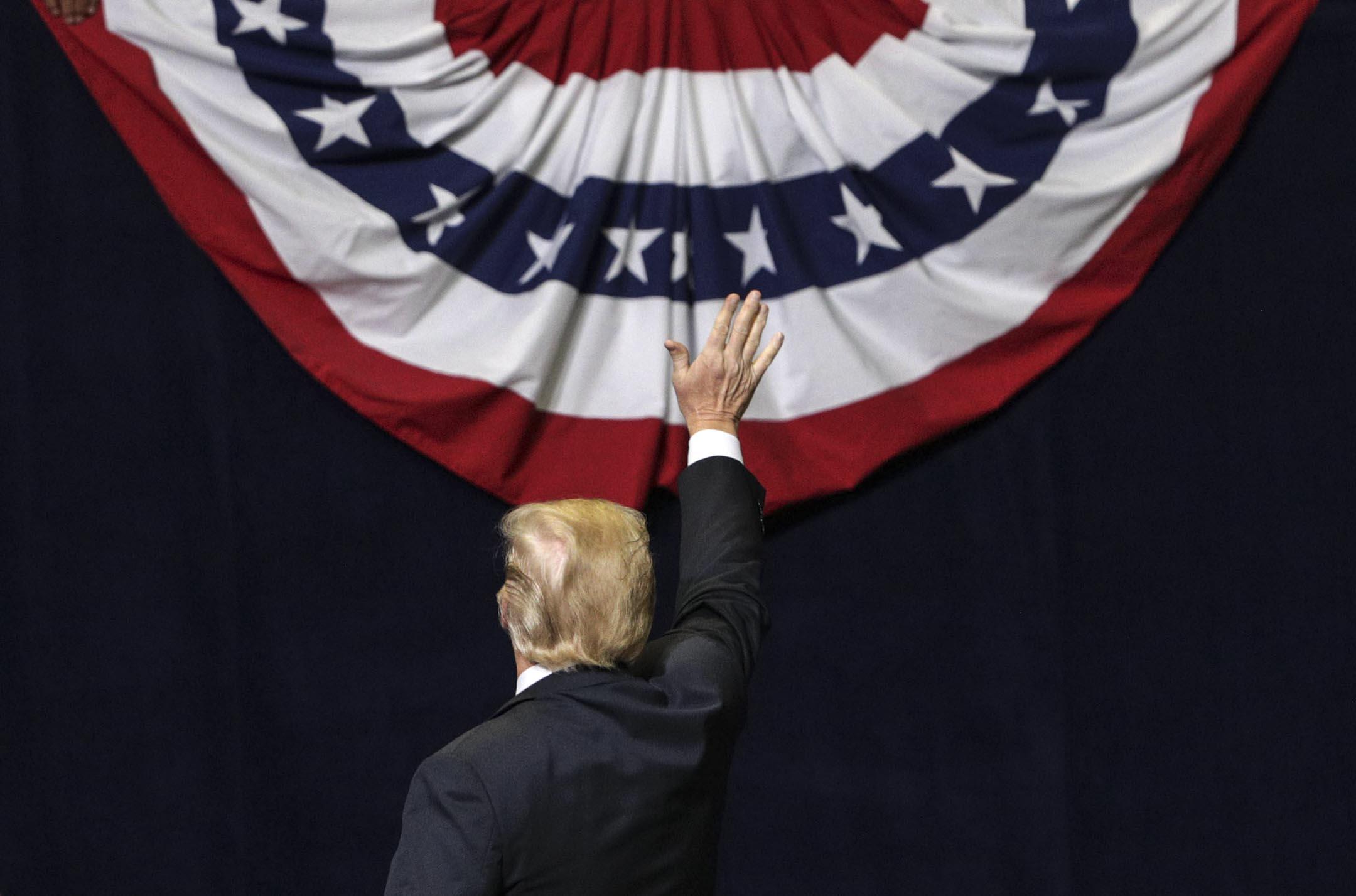 特朗普和他的選民對drain the swamp其實並不敏感。因為到現在為止,不光特朗普自己,他下面的人各種腐敗不法的事情已經很多,他的選民好像也並沒有因此而跟他保持距離或者拋棄他。所以我覺得民主黨如果要搞drain the swamp效果不是特別大。 攝:Alex Wong/Getty Images