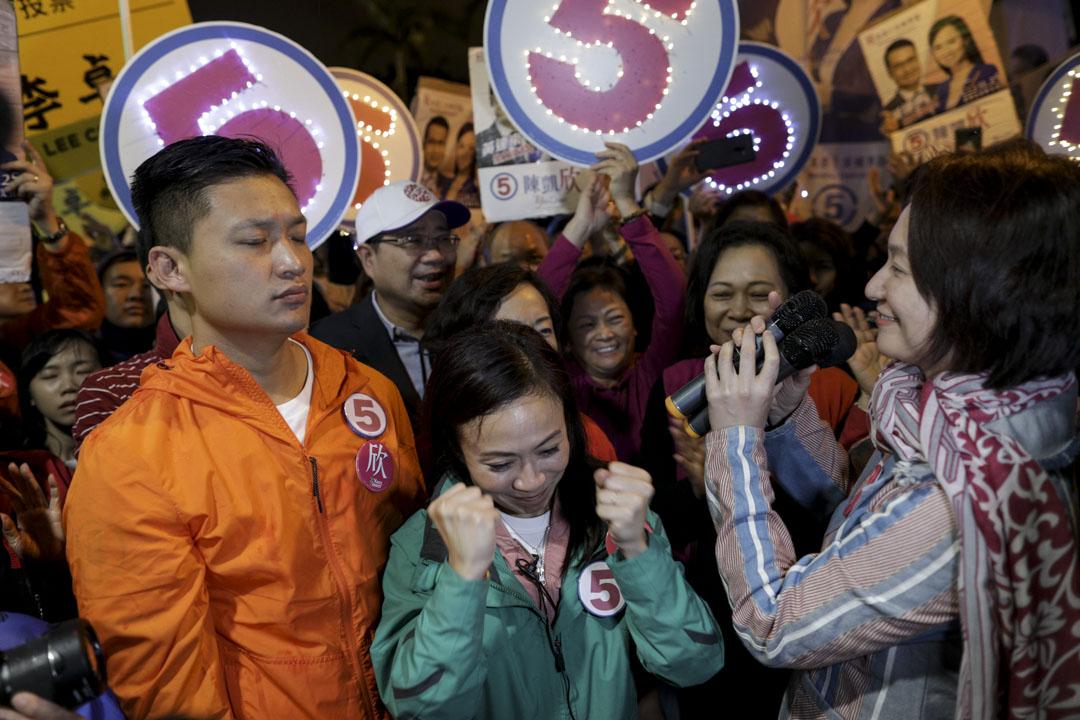 2018年11月25日,香港立法會九龍西補選投票於晚上10時30分結束,候選人陳凱欣於美孚地鐵站口向傳媒發言時情緒興奮。