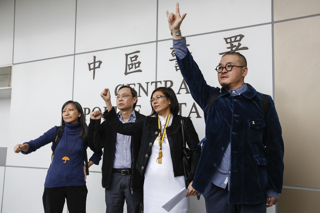 2014年12月3日,邵家臻等「佔中」參與者在警察署外面排隊,凖備分批進入警署自首。