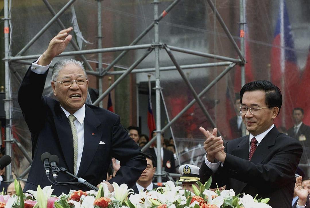 2000年5月20日,當時新任的台灣總統陳水扁宣誓就職,前任總統李登輝向人群揮手致意。