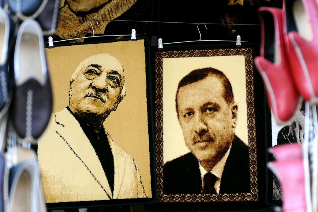 在土耳其城鎮加吉安特的一個市集,有商販售賣伊斯蘭教士居倫(Fethullah Gülen)及總統埃爾多安(Recep Tayyip Erdoğan)的刺繡肖像。 攝:Ozan Kose / AFP / Getty Images