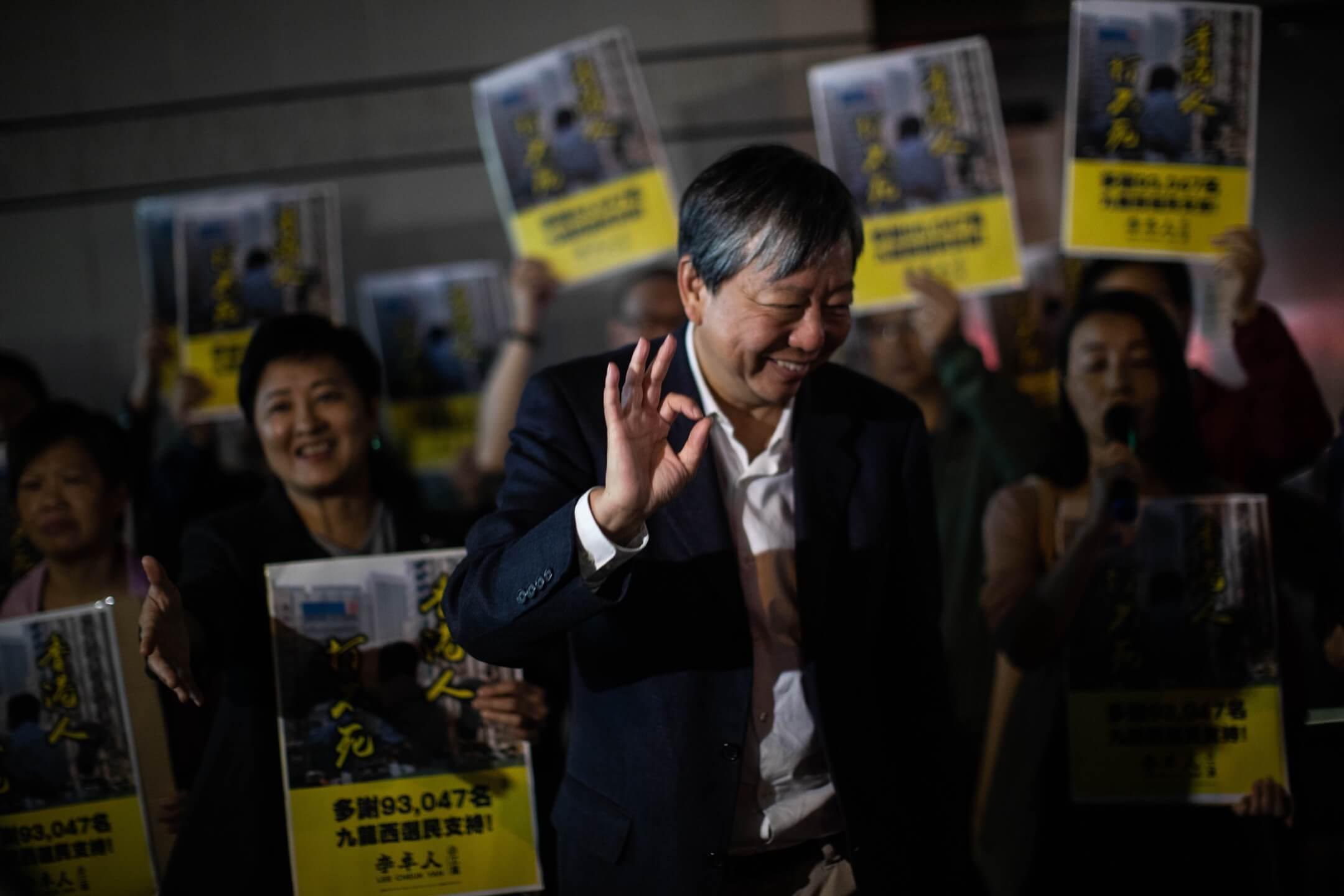落選的參選人李卓人於選舉翌日到黃埔區謝票,有街坊主動上前跟他握手,李卓人向對方做出示意肯定的手勢。 攝:Stanley Leung/端傳媒
