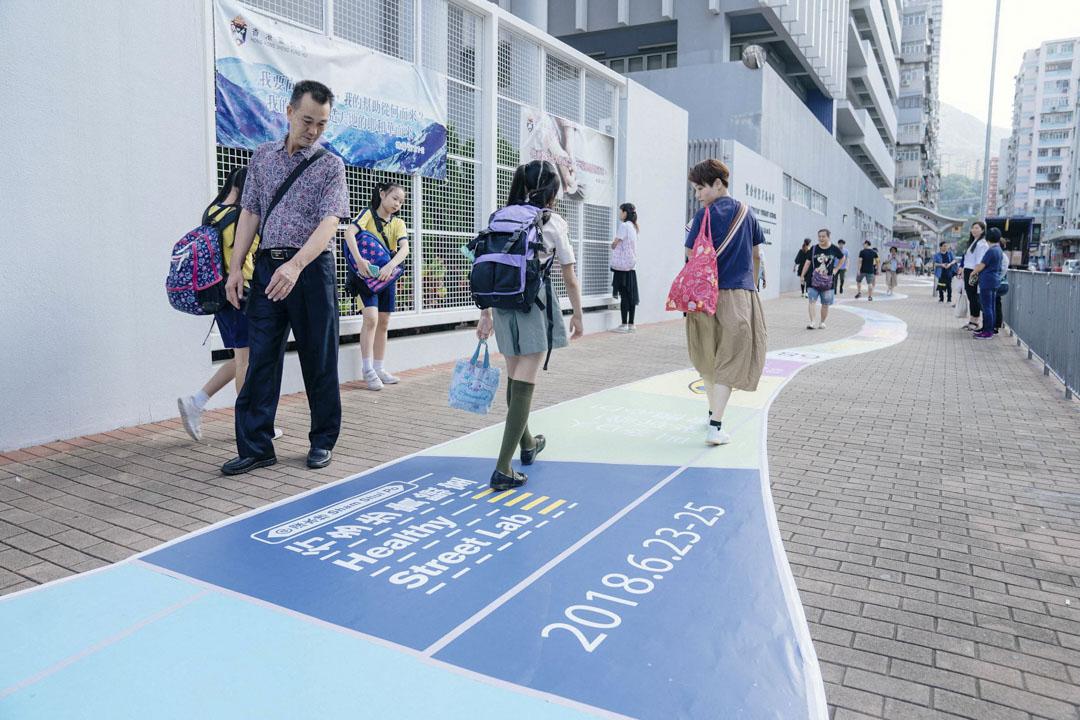 2018年夏天一個周五的下課時間,深水埗東沙島街一間小學外的行人道變身遊樂實驗場。