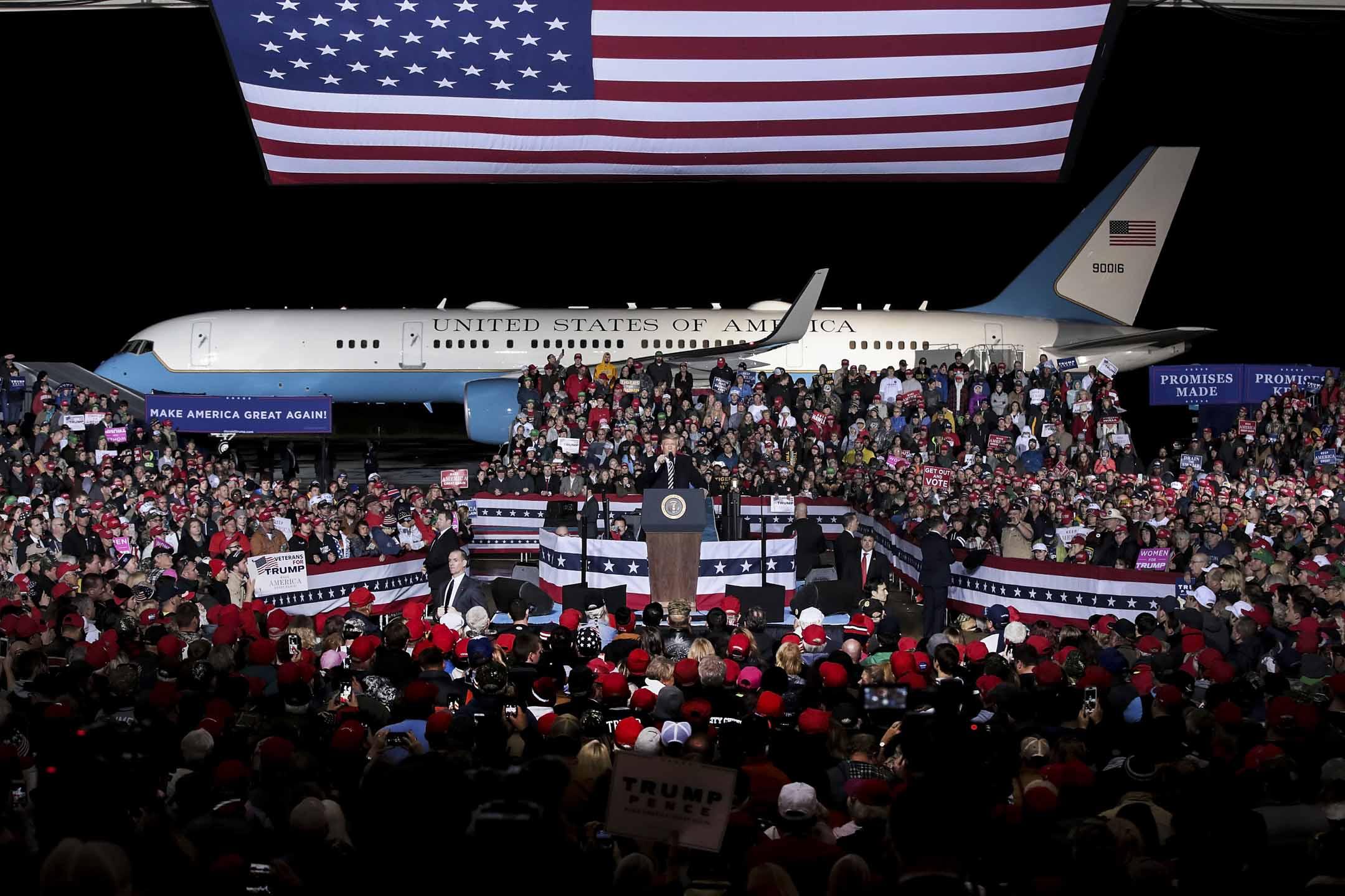 雖然眾議院易手,但共和黨沒有輸,民主黨沒有贏;雖然接下來的兩年,美國國會將不再一黨獨大,但特朗普沒有輸,而貿易戰中的中國更沒有贏。圖為2018年11月1日,特朗普出席共和黨密蘇里州選舉活動。 攝:Scott Olson/Getty Images