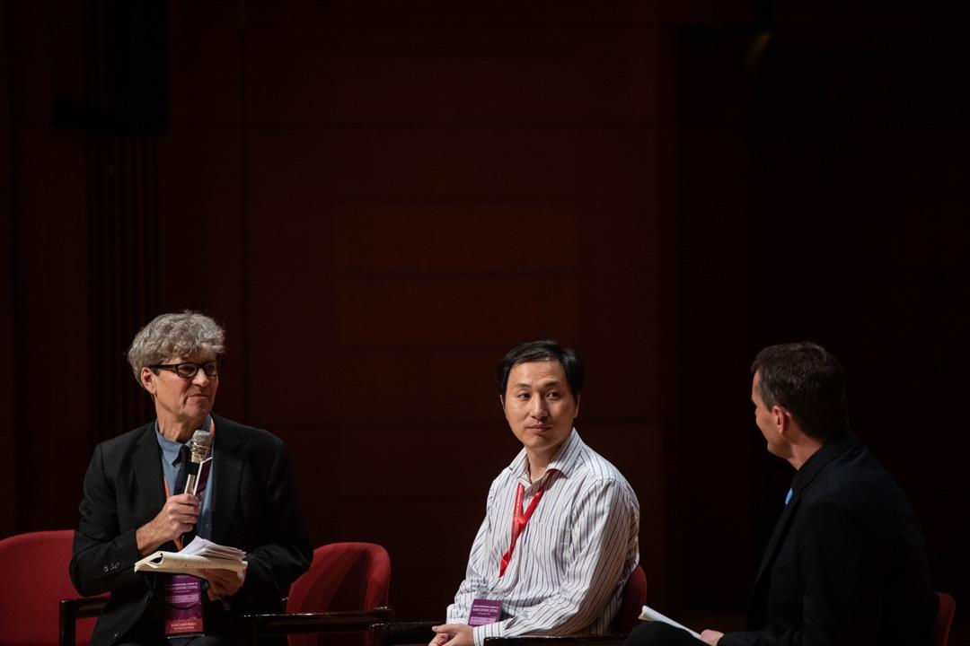 2018年11月28日,賀建奎出席香港大學舉行的「第二屆國際人類基因組編輯峰會」發表研究報告後,回答兩位主持、傳媒及參加者的提問。 攝:Stanley Leung/端傳媒