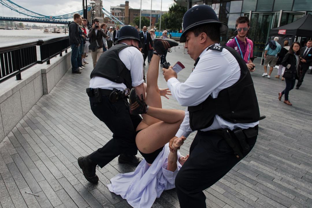 2012年夏天,英國倫敦,費曼一次關於倫敦奧運會裸胸抗議,反對組委會允許兩名沙特女運動員戴頭巾參賽的決定。