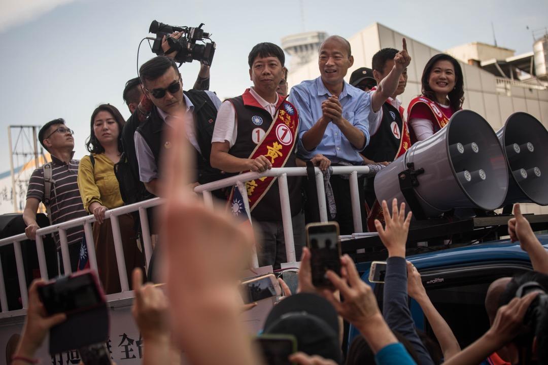 2018年11月23日,台灣高雄市長候選人韓國瑜在高雄國民黨總部外乘上選舉車預備巡遊拜票,車下的支持者歡呼聲不斷。