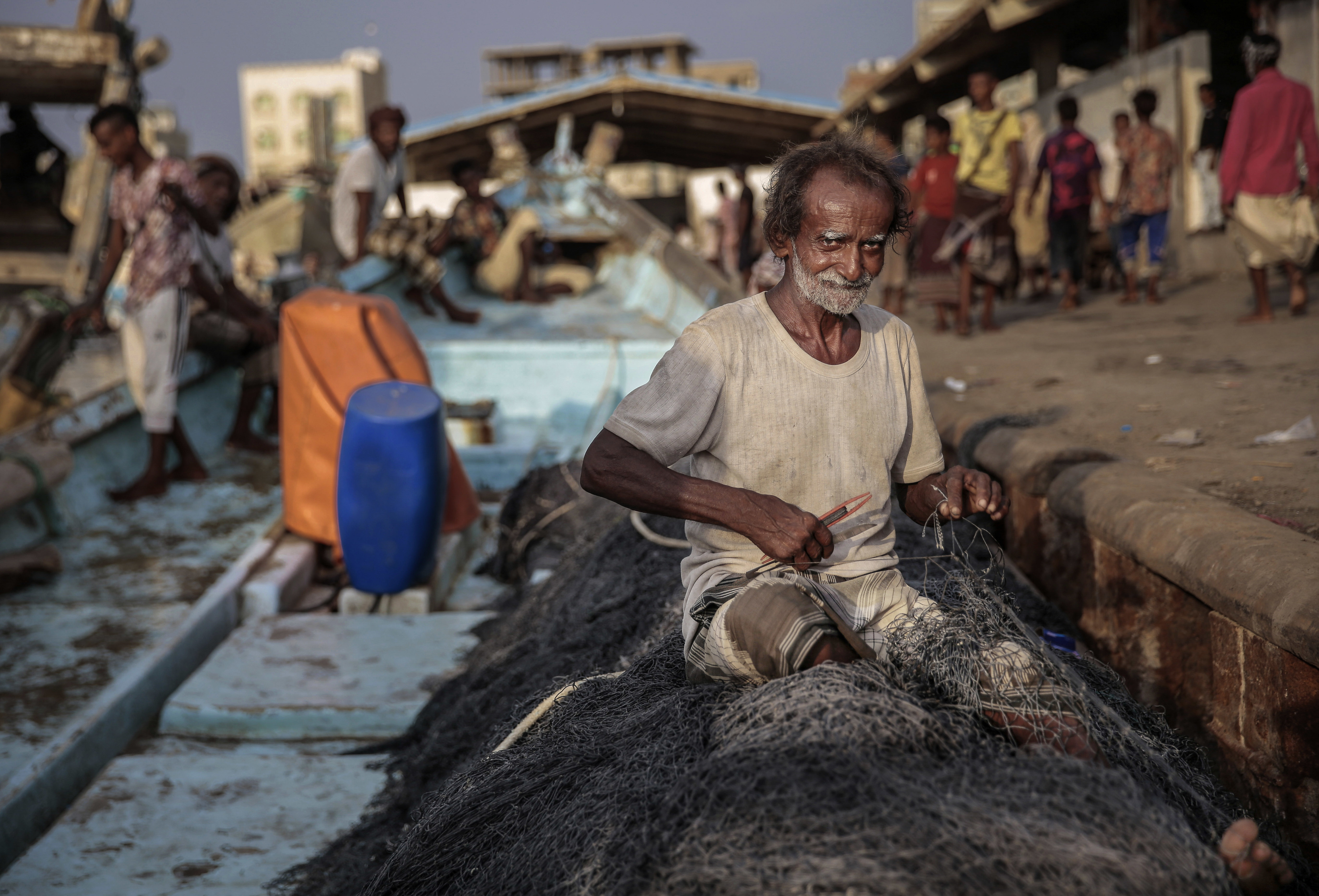 Ammar Ahmed為出海準備漁網。