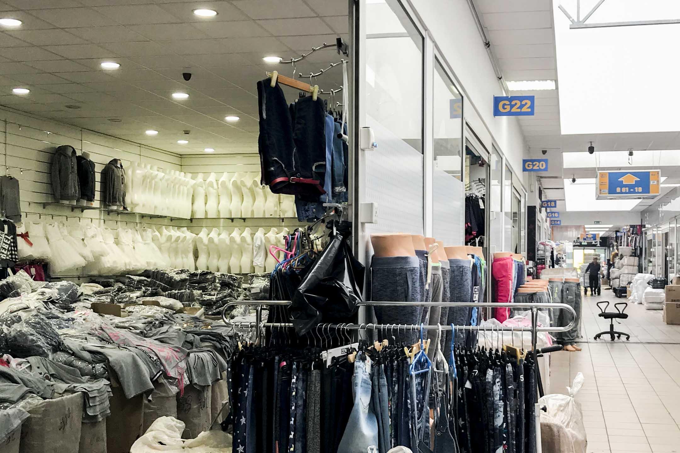 偌大的商城,很多空間閒置着,也不乏關着店門打包撤退的商家。