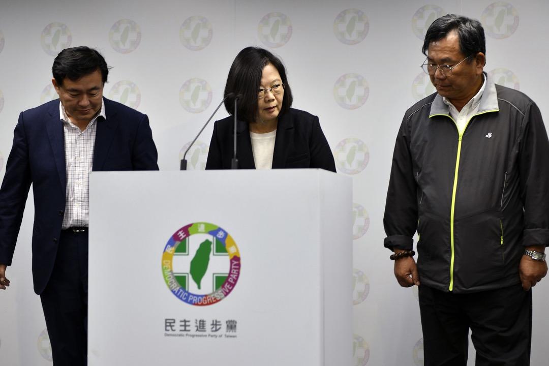 2018年11月24日,台灣舉行地方選舉,在多位民進黨候選人都宣布落敗後,台灣總統蔡英文召開記者會宣布辭任民進黨主席一職。 攝:Sam Yeh/AFP/Getty Images