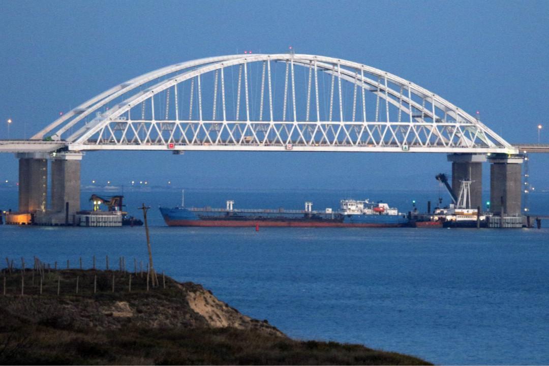 2018年11月25日,烏克蘭海軍三艘艦船非法越過邊界進入俄羅斯領海後遭攔截。 攝:Alexei Pavlishak/Getty Images