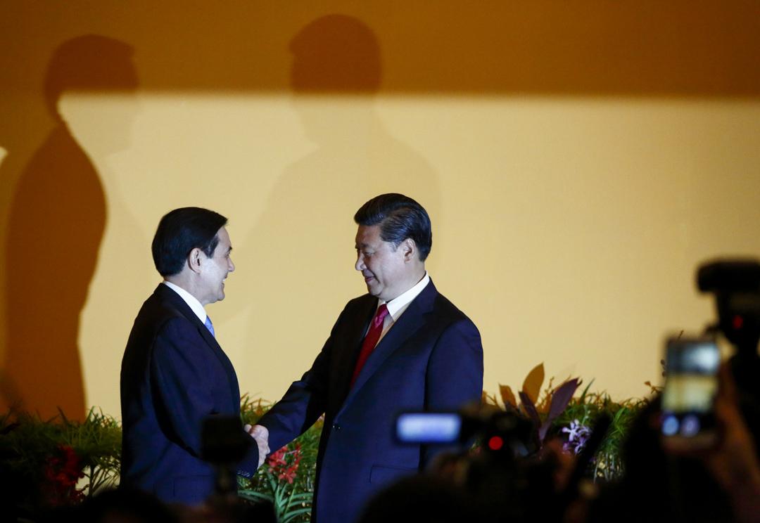 2015年11月7日,台灣時任總統馬英九與中國國家主席習近平在新加坡會面。 攝:Tomohiro Ohsumi/Bloomberg via Getty Images