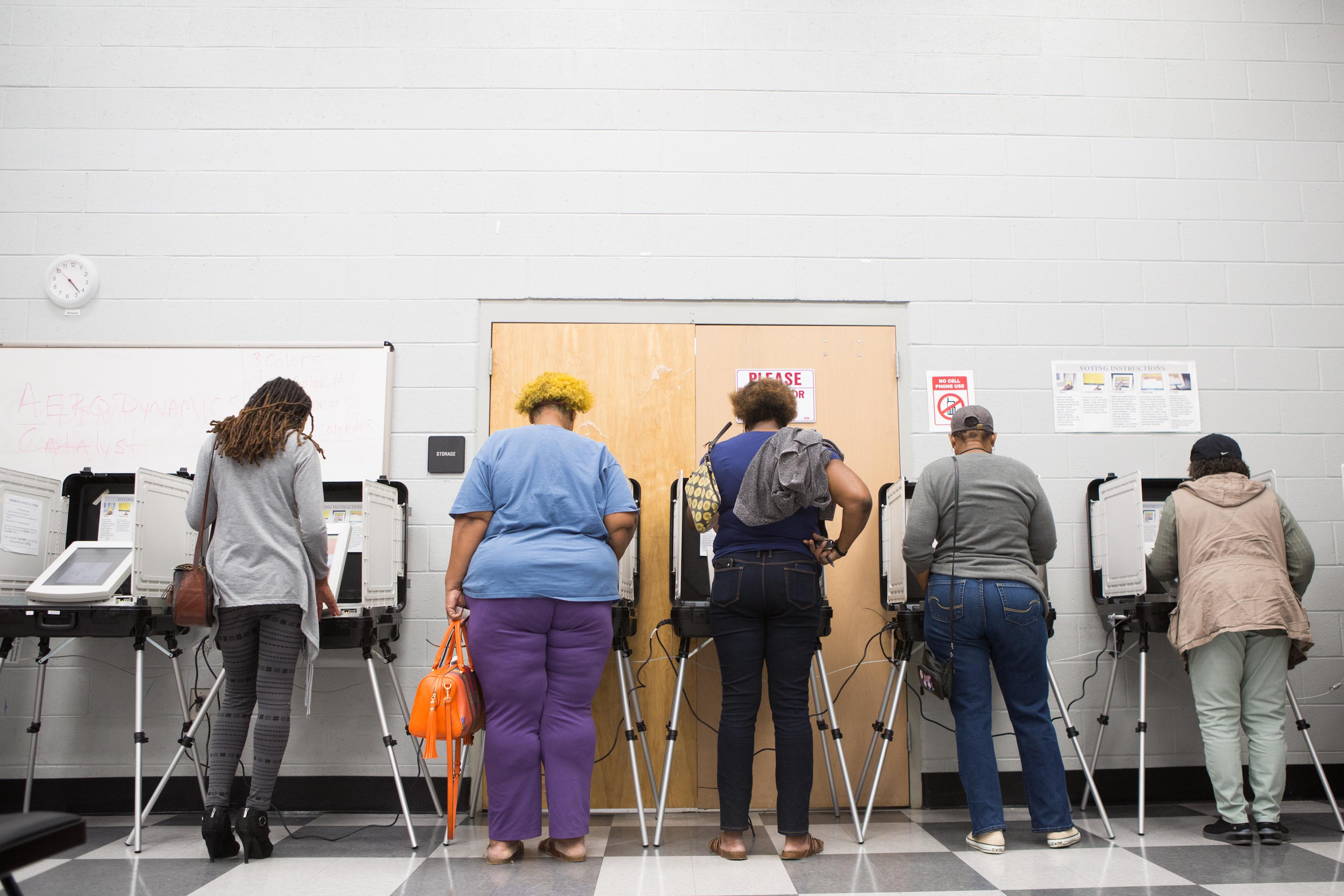 佐治亞州在美國歷史上一向被視為紅州,但於這次中期選舉變為搖擺州,顯示民主黨在南方的陽光帶州勢力增長。圖為佐治亞州選民為參議院競選投票。一輪緊張的點票過後,民主黨Stacey Abrams在三天前最終認輸。