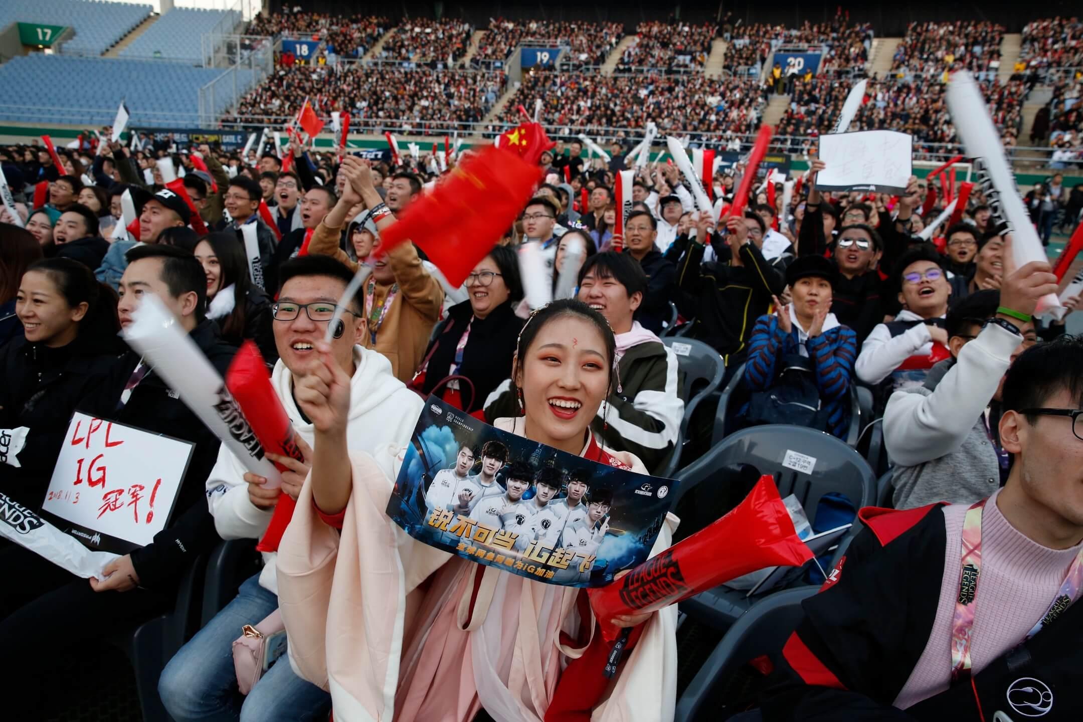 2018年11月3日,韓國仁川,來自中國的IG戰隊戰勝來自歐洲的Fnatic戰隊,獲得2018年英雄聯盟S8賽季世界總決賽冠軍,到現場觀賽的支持者揮動國旗狂呼。 攝:Jeon Heon-Kyun/EPA
