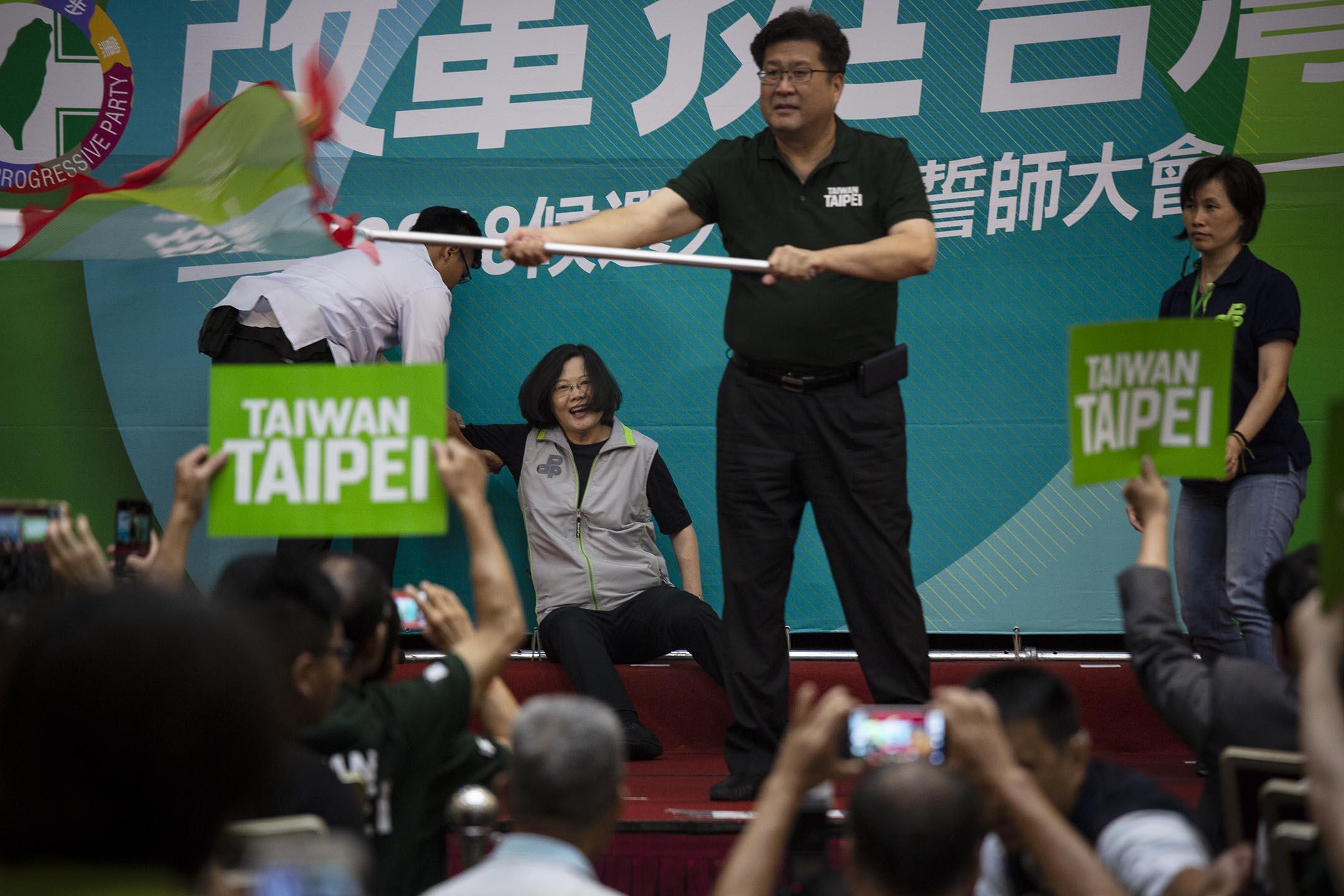 2018年8月3日,台灣總統蔡英文在民進黨2018候選人授旗誓師大會中,不慎跌倒。 攝:陳焯煇/端傳媒