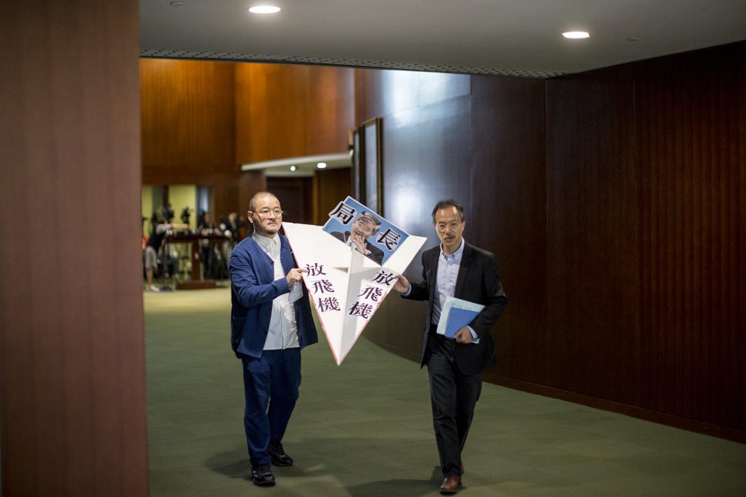 2018年11月14日,特首林鄭月娥出席立法會答問大會,議員邵家臻與張超雄準備道具展示訴求。