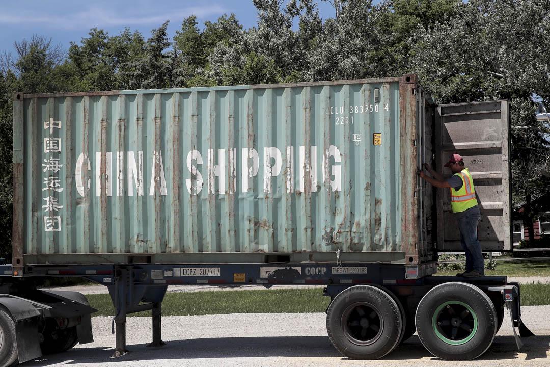 2018年4月特朗普簽署行政令對中國價值600億商品徵收25%關税以來,中國立即以25%的關税回擊來自美國的大豆等商品。圖為2018年6月13日,美國伊利諾州,工人將大豆裝入貨櫃,準備運往中國。
