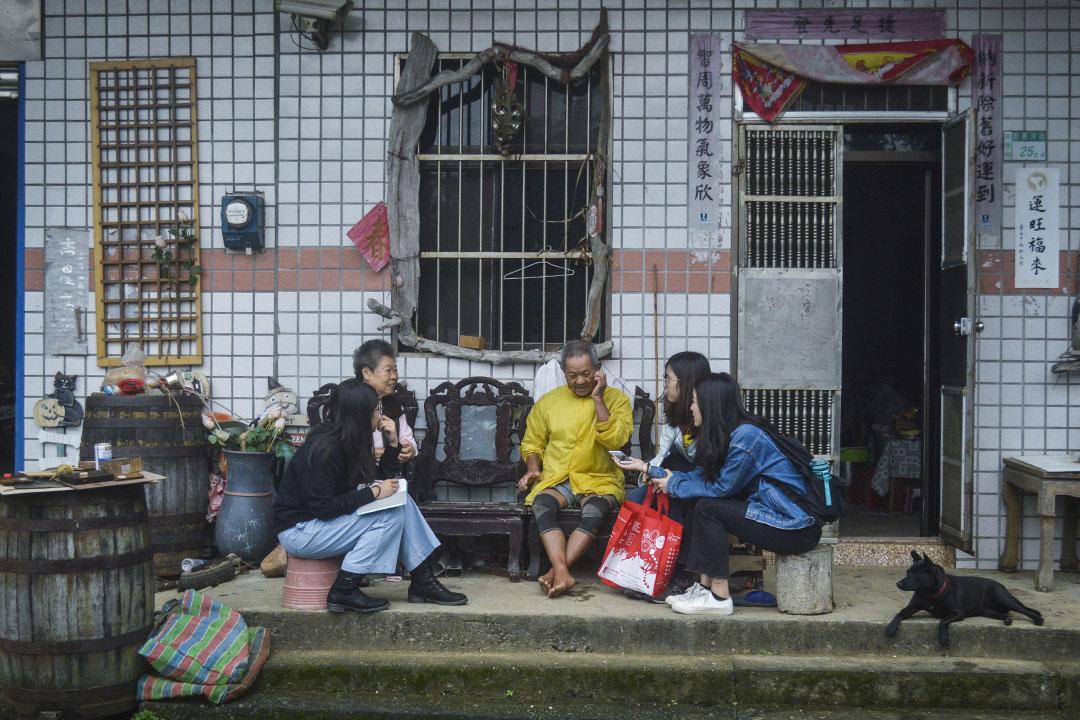 學生們在貢寮福隆訪問反核的當地居民。