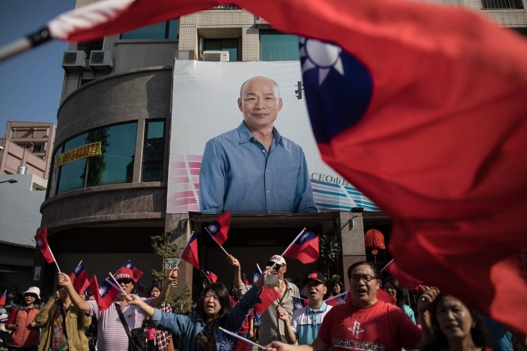 2018年11月23日,大批國民黨高雄市長候選人韓國瑜的支持者在路邊集合,預備跟隨韓國瑜的選舉巡遊活動。