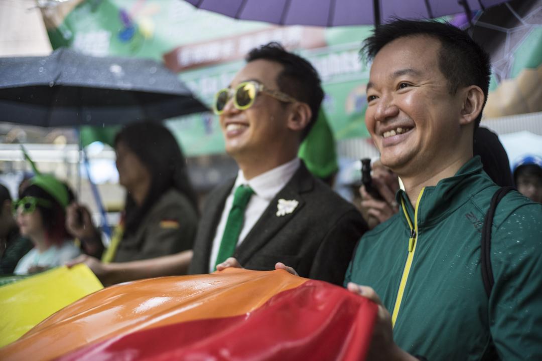 「人民力量」議員陳志全提出議案,要求港府研究制訂讓同志締結伴侶關係的政策,惟議案今天在立法會遭到否決。圖為2016年11月,陳志全(圖右)參加香港同志遊行。 攝:Chan Long Hei / Getty Images