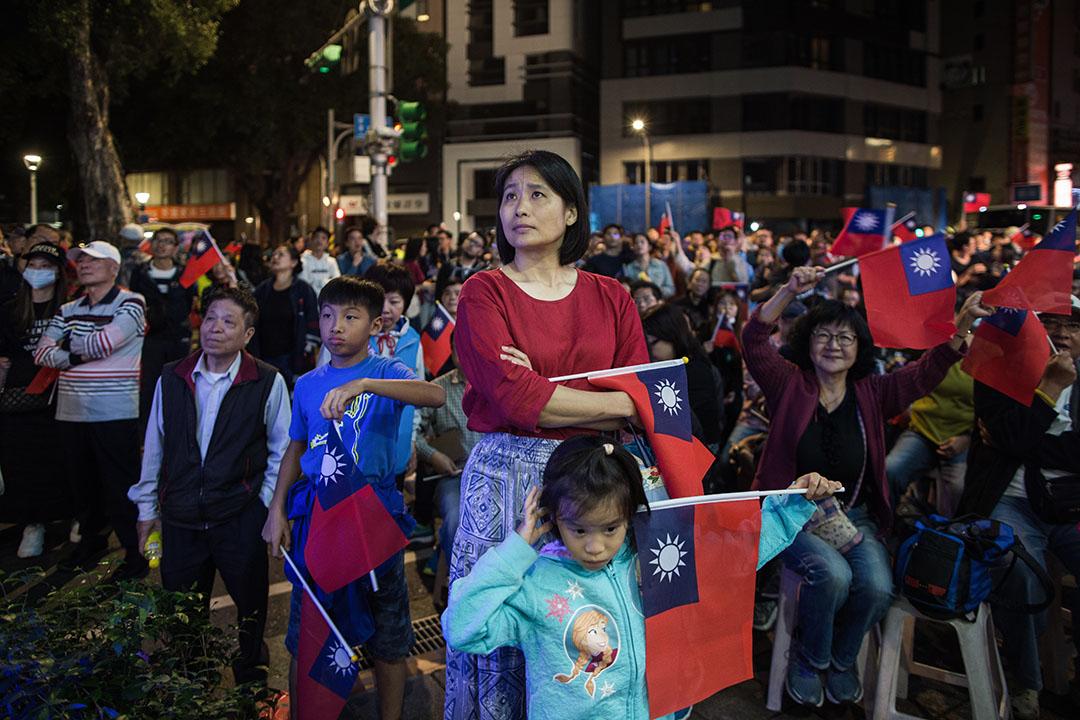 2018年11月24日,台北市長候選人丁守中的競選總部外,聚集了一班觀看開票的市民。