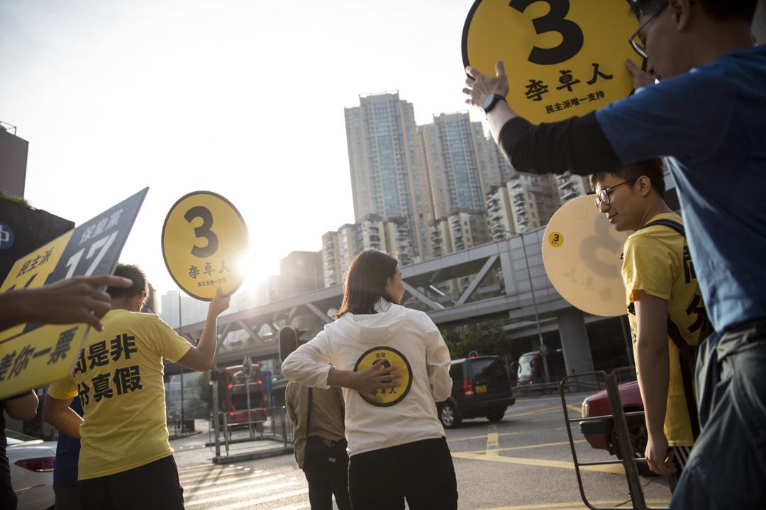 2018年11月24日,劉小麗與義工團隊落區跑步拉票。