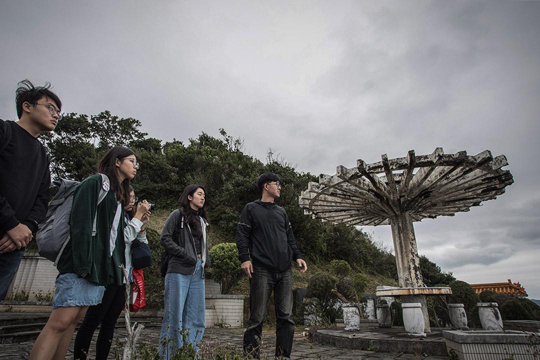 學生們在金山南勢湖山頂訪問反核紀錄片導演蔡宇軒(右一)。