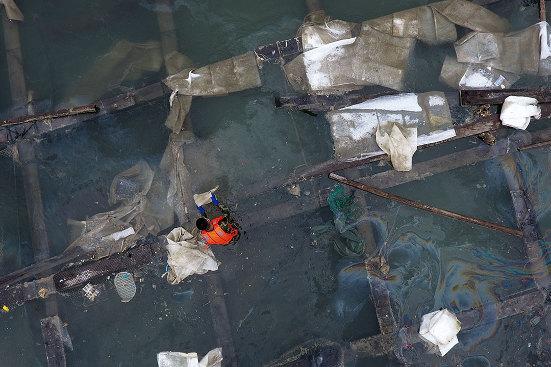 本次的碳九泄漏事件本身,在中國當前的法律背景下,對此次事件的相關負責人員或許可以通過刑法第136條「危險物品肇事罪」予以問責。 圖為2018年11月9日,福建泉州受碳九泄漏影嚮的魚排。
