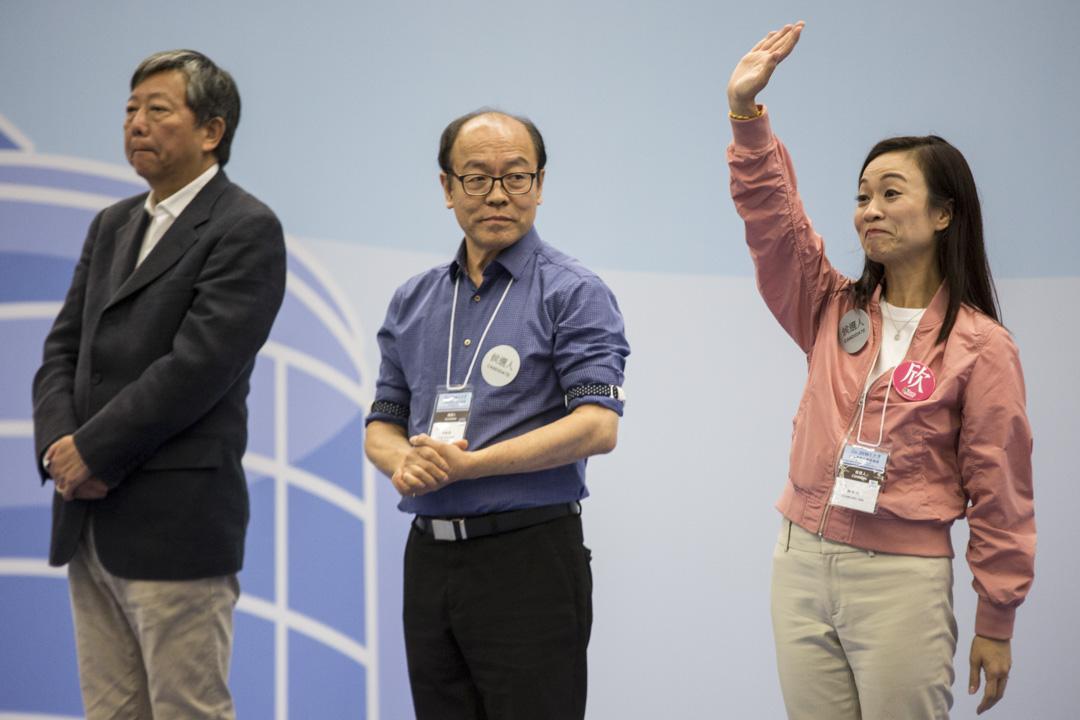 2018年11月26日凌晨, 選舉主任宣布候選人陳凱欣所得票數一刻,陳凱欣向支持者揮手。