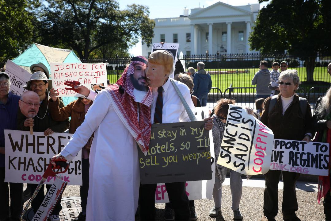 2018年10月19日,抗議民眾在白宮外頭帶面具,諷刺美國總統特朗普不顧沙特記者遇害案,接見並力挺有嫌疑的沙特王儲。 攝:Win McNamee/Getty Images