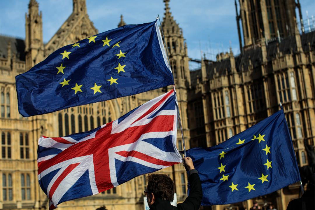 2018年11月13日,英國與歐盟就「脫歐」協議草案文本達成一致意見,親歐盟人士在國會外舉旗抗議。 攝:Jack Taylor/Getty Images