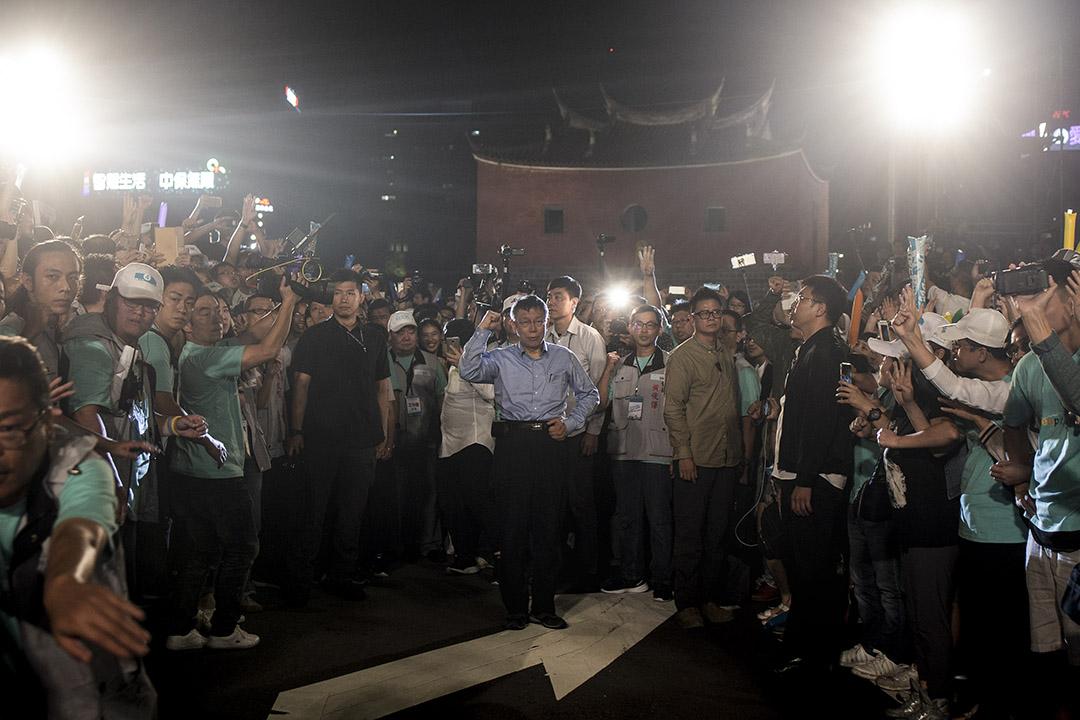 2018年11月18日,柯文哲在台北北門造勢晚會上。 攝:陳焯煇/端傳媒