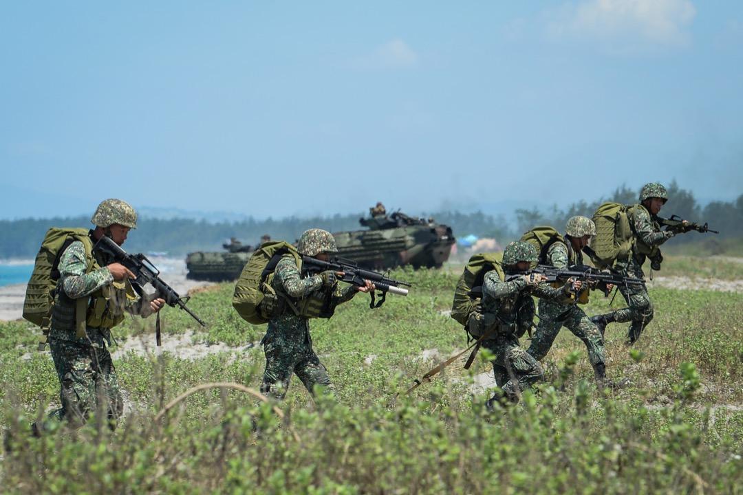 對安倍而言,繼續牽制中國的外交安保戰略,與全面恢復和中國的交流包括經濟合作及領導人的互訪對話,兩者之間並不矛盾:「正因爲立場不同,所以需要對話。」圖為10月初,在菲律賓的南中國海海域上演的菲美日聯合軍演。