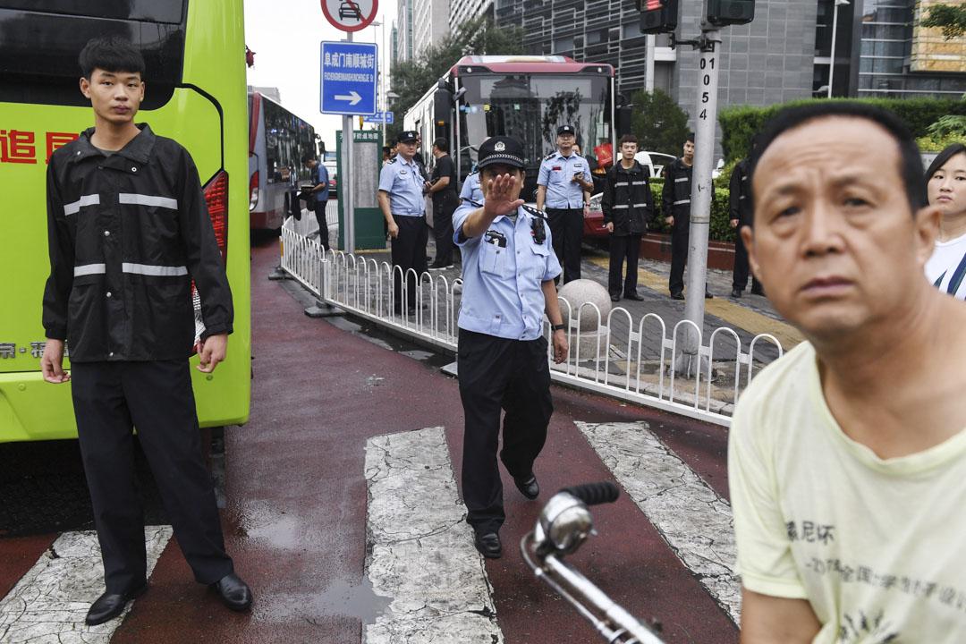 2018年8月6日,北京因P2P遭受損失而到金融街請願的上訪者,被警察帶上公共汽車並被趕出北京。
