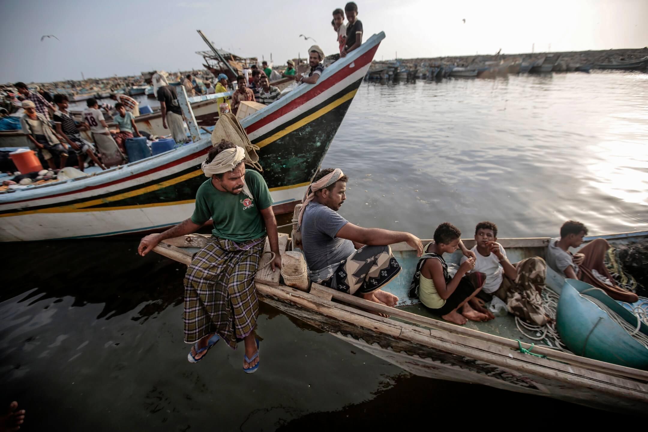 漁民在漁船上休息。 攝:Hani Mohammed/AP