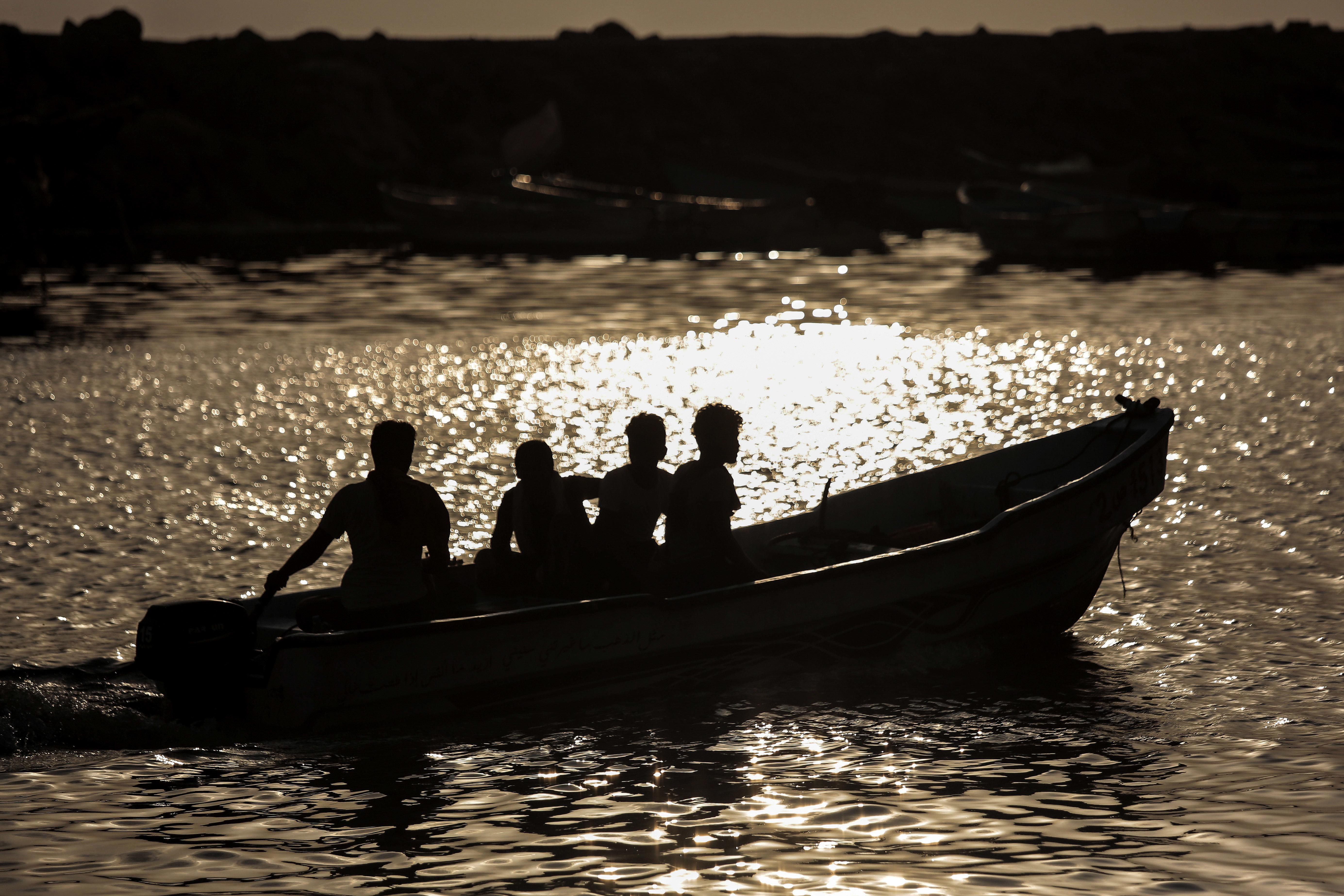 夕陽之際,漁民把握時間出海。