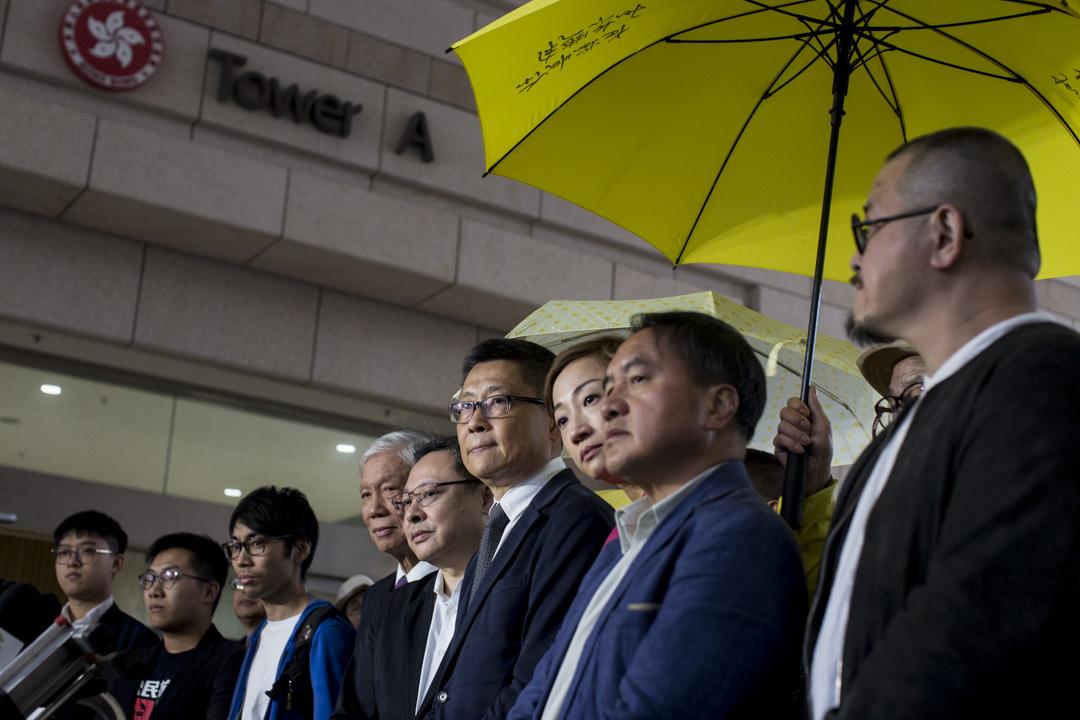 2018年11月19日,「佔中九子」分別被控各項「公眾妨擾罪」,案件於西九龍裁判法院正式開審,九名被告全部否認控罪,離開法院時接受記者提問。  攝:林振東/端傳媒