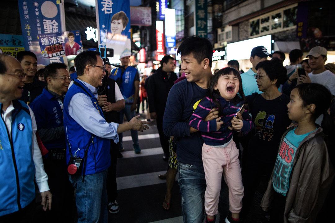 台北市長候選人丁守中在永康商圈掃街拜票。