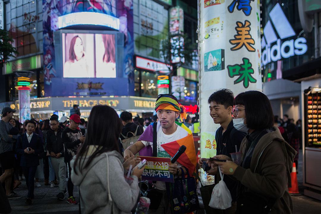 公投前夕,支持同志平權的人士在台北街頭派發文宣。 攝:陳焯煇/端傳媒