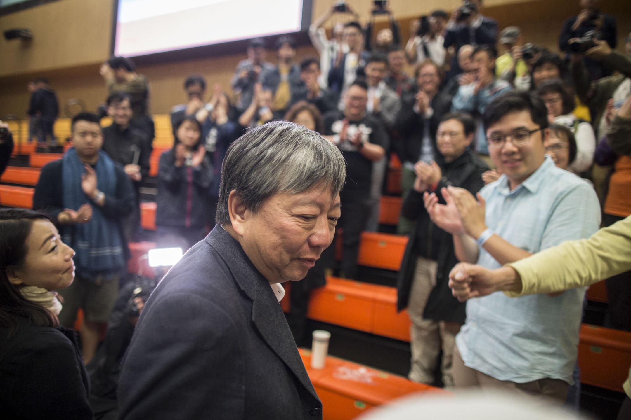 2018年11月26日凌晨, 落選的參選人李卓人到公眾席與支持者會面,支持者拍掌為他打氣。  攝:林振東/端傳媒