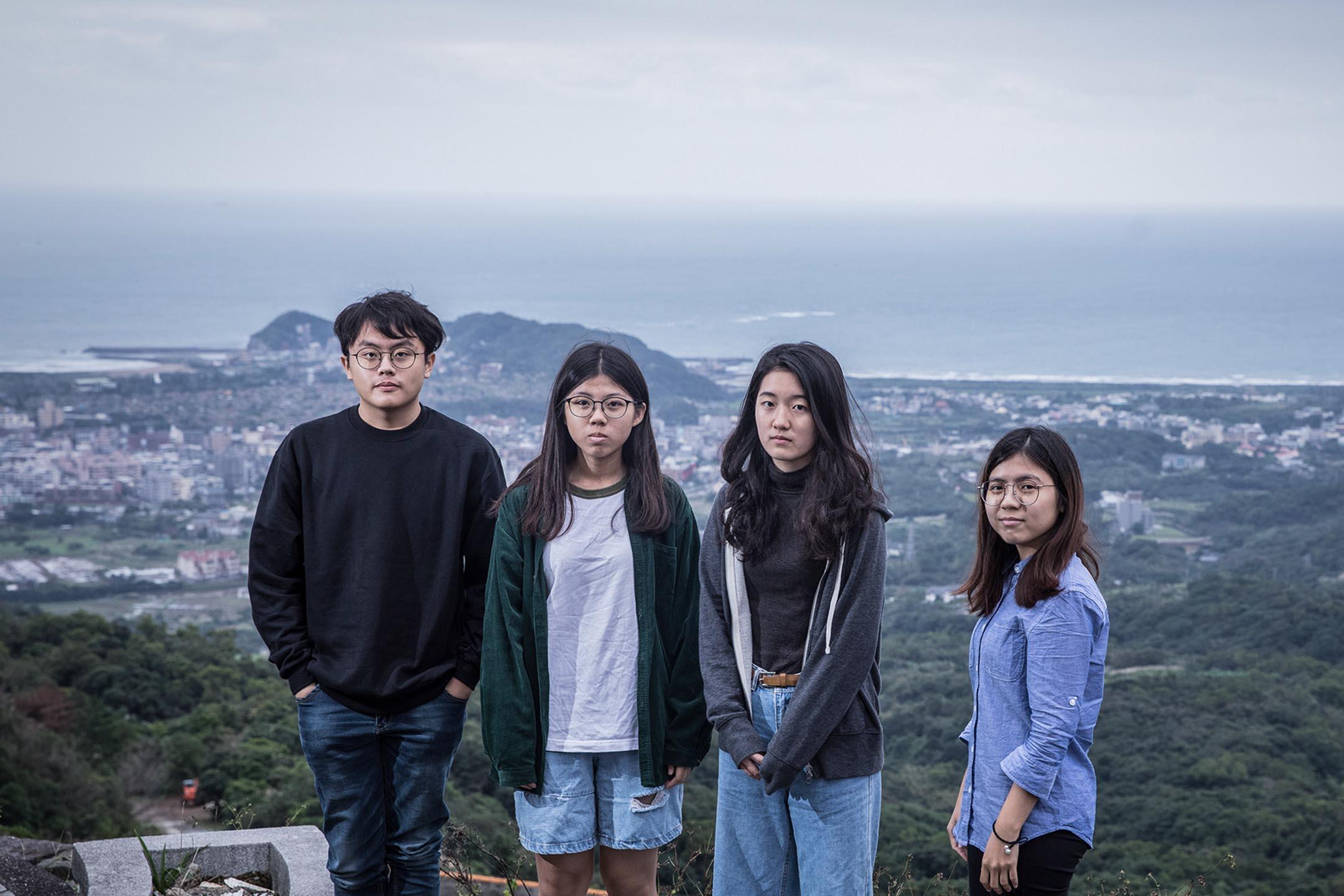 「它核他們的故事」成員廖原圻、李若慈、蔡佳妮和許佩雯在金山南勢湖山頂。 攝:陳藍/端傳媒