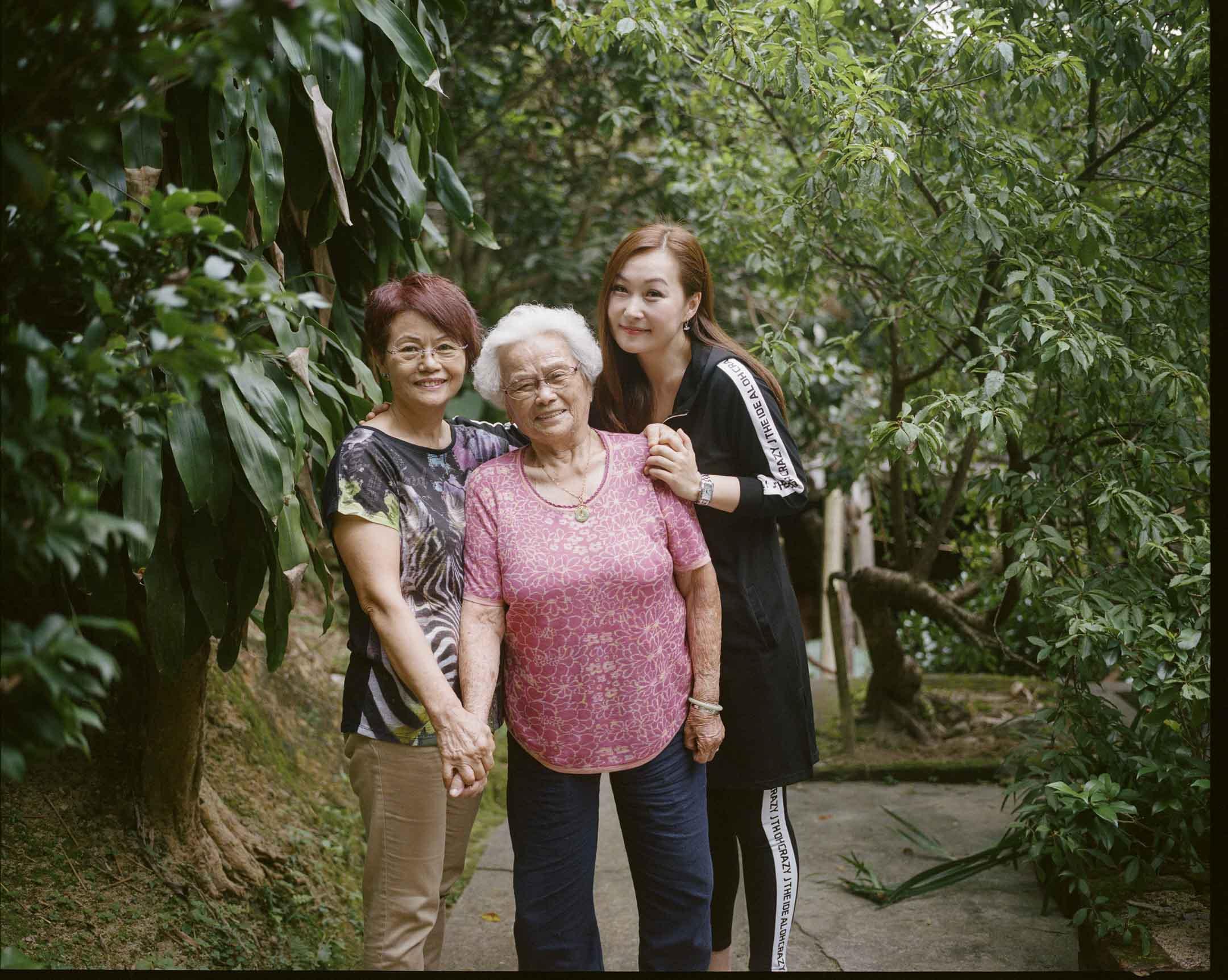 前新聞主播郭詠琴與郭媽媽、郭婆婆。 攝:林振東/端傳媒