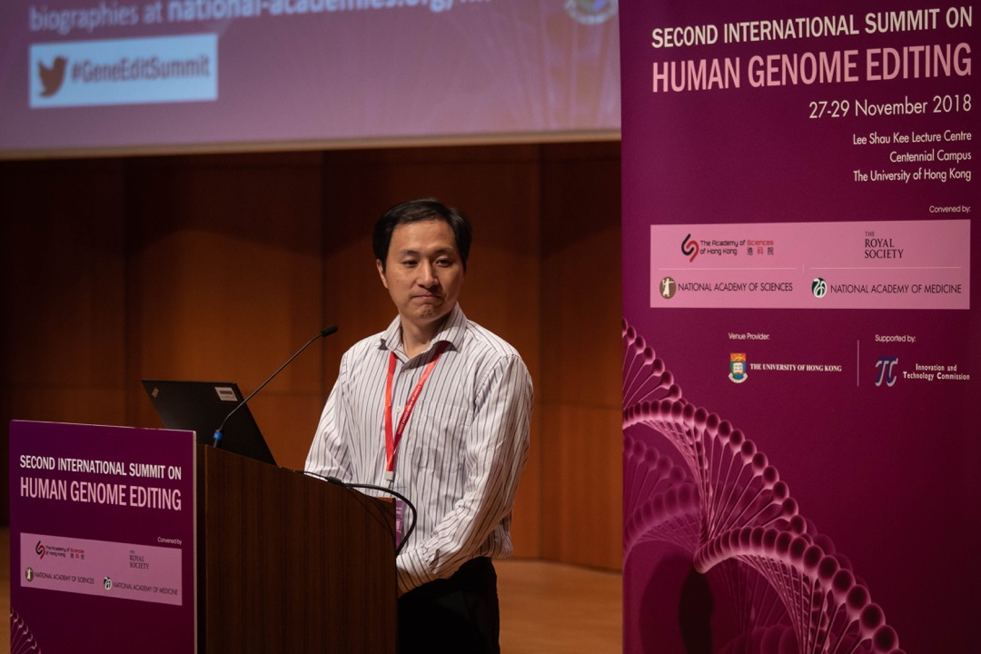 2018年11月28日,中國大陸科學家賀建奎出席在香港大學舉辦的基因編輯國際峰會,並發表演講。這是他宣稱成功培育對愛滋病免疫的基因編輯雙胞胎女嬰後,首次公開露面。 攝:Stanley Leung/端傳媒