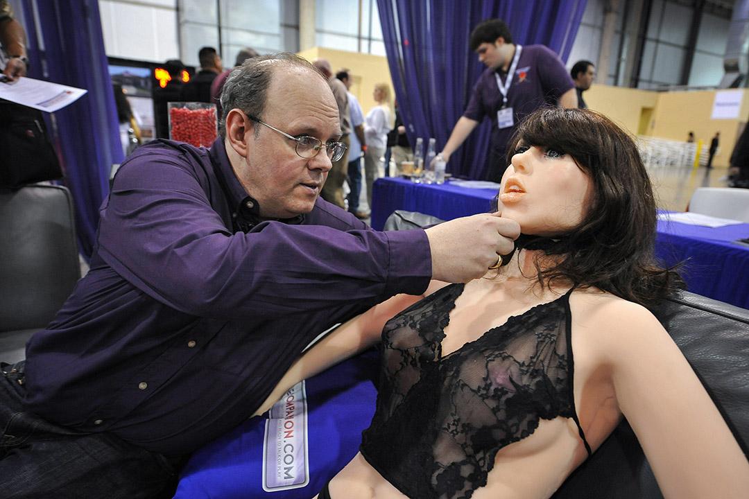 美國公司「真實伴侶」(True Companion)旗下售價9995美金的性機器人Roxxxy,似乎多了些自主性,她的賣點是可以對性行為「說不」。