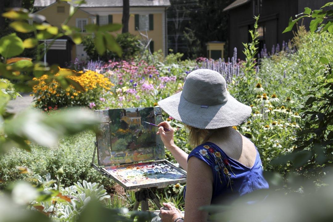 在弗洛倫斯博物館的花園裏寫生的遊客。
