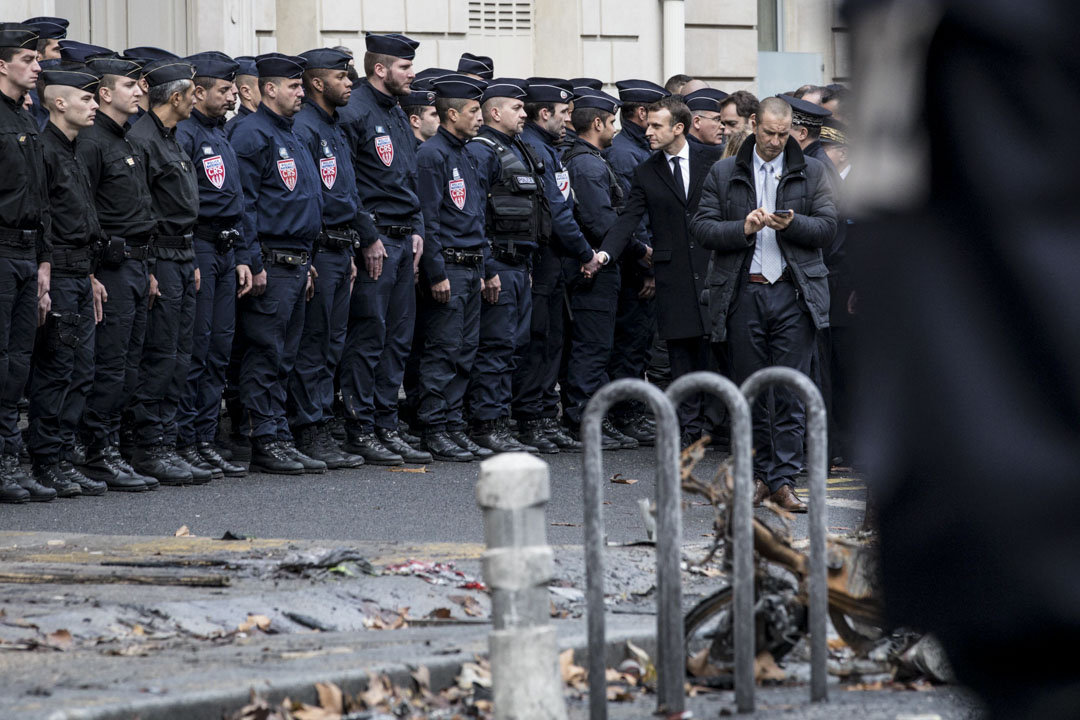 2018年12月2日,法國總統馬克龍偕政府官員走訪前一日發生示威衝突的巴黎街道,會見防暴警察和消防員。