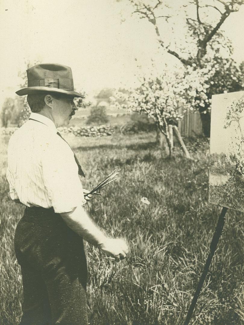 1904年,查爾德•哈薩姆在舊萊姆對着一顆蘋果樹寫生。