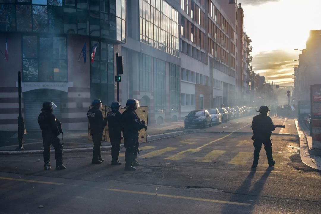 法國南部城市圖盧茲,防暴警察在街道上與示威者對峙。