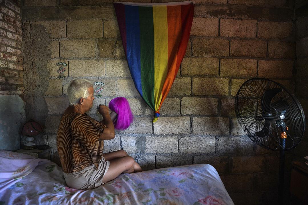 2018年8月26日在古巴城鎮凱瓦連(Caibarien),當地地方議會議員、LGBT 平權運動人士 Jose Agustin Hernandez 正在整理其最喜愛的一個假髪。 攝:Yamil Lage / AFP / Getty Images