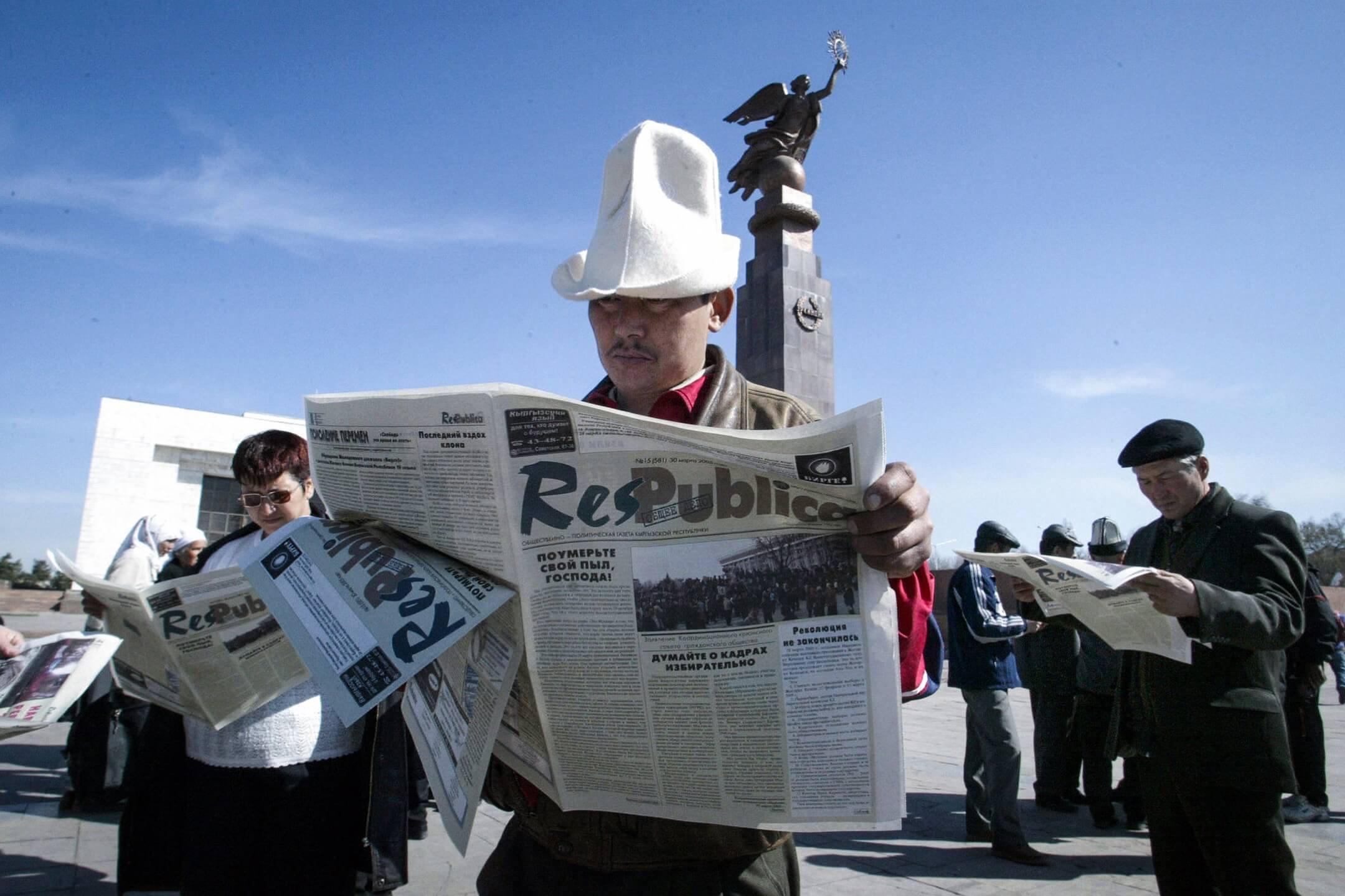 人們在吉爾吉斯的首都比什凱克的一個廣場上看報紙。 攝:Viktor Drachev/AFP/Getty Images